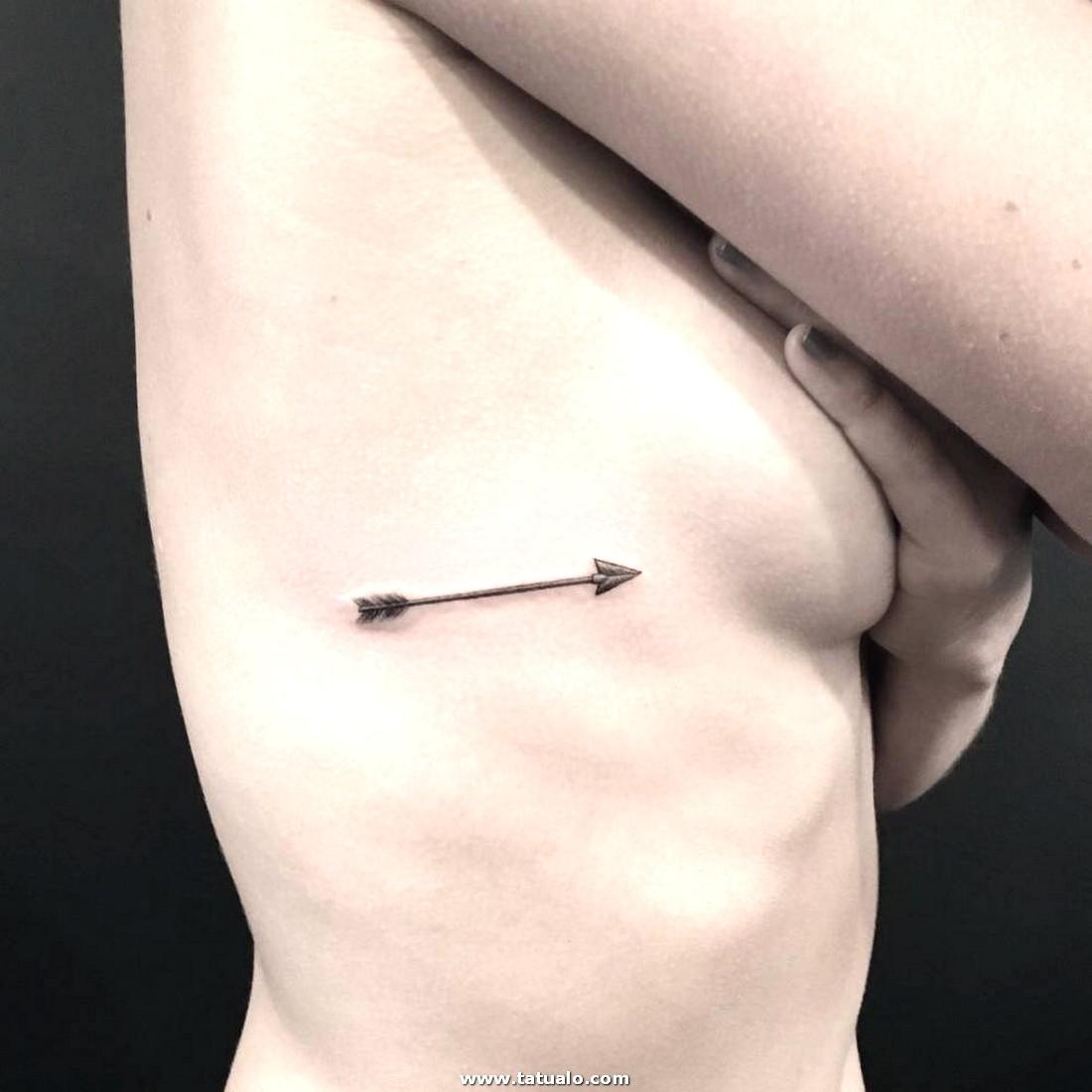 Flechas De Tatuaje En Las Costillas Para Las Mujeres