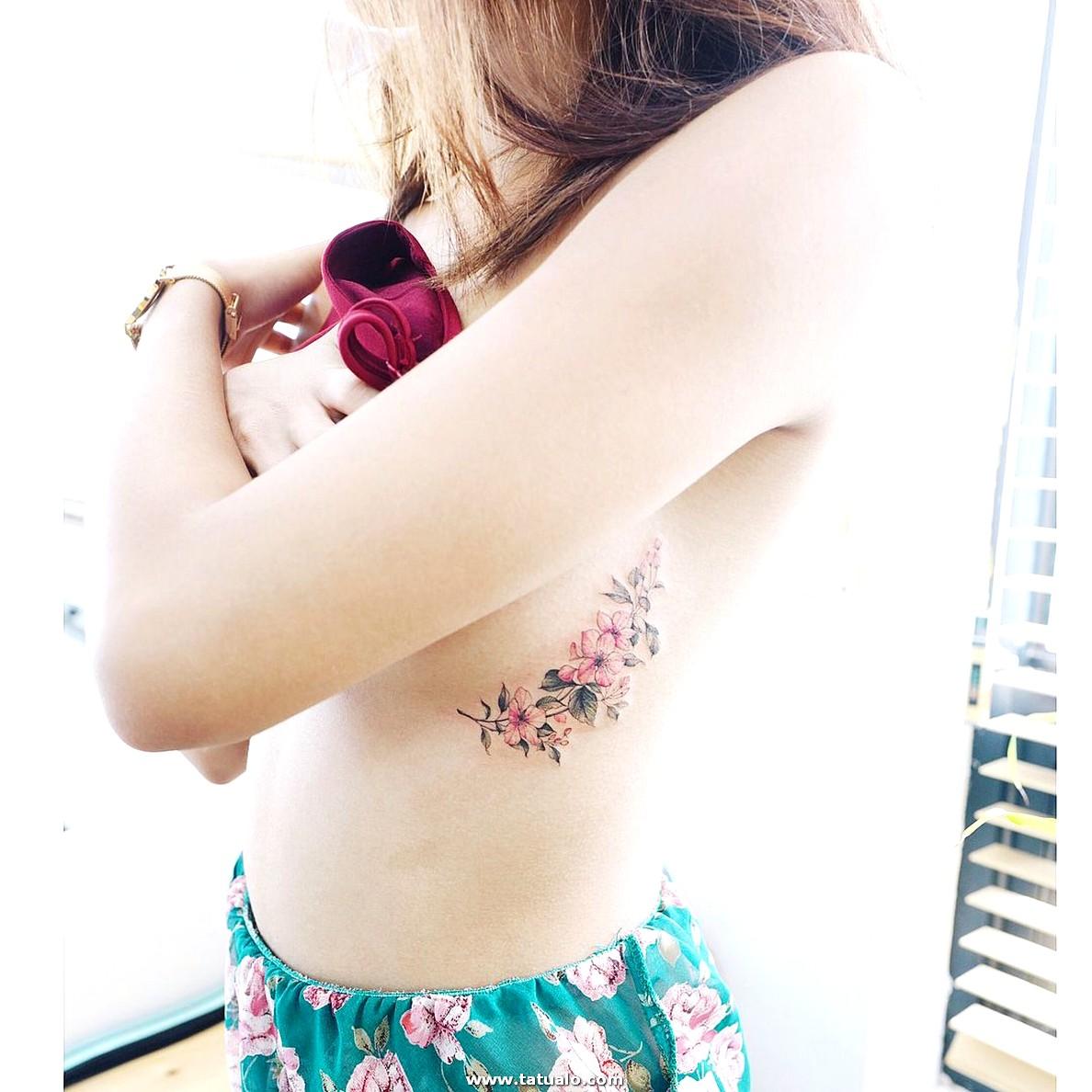 Flores De Cerezo Tatuaje En Las Costillas Para Las Mujeres