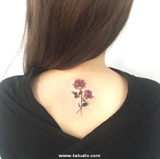 Hermosas Rosas Realistas En La Espalda