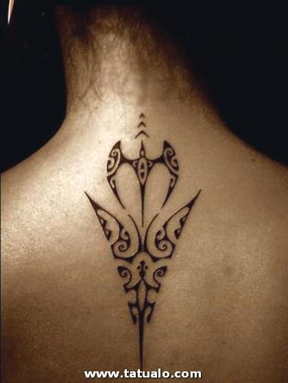 Tatuajes En La Espalda Alta Para Mujeres 1