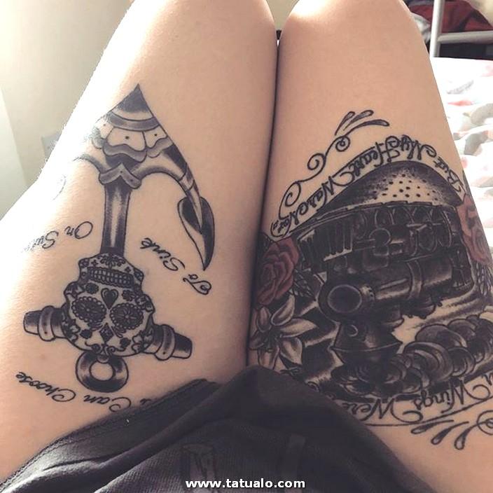 Ancla Con Calaver Y Tren Tatuados En La Pierna Mujer