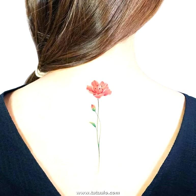 Bonita Flor Tatuada En La Espalda Flor De Campo En Rojo Tatuajes Nuca Mujervestido Con Espalda Descubierta