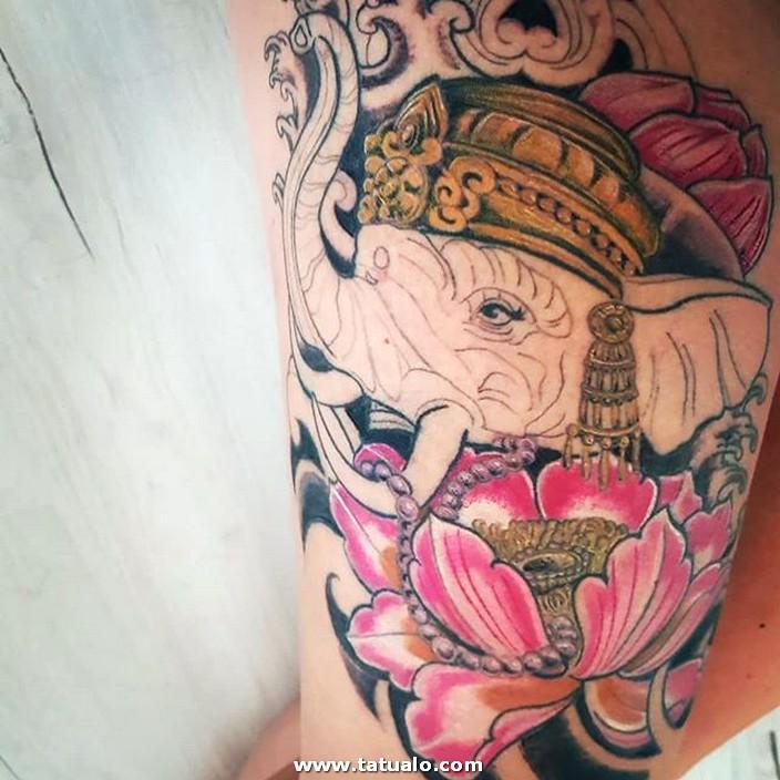 Elefante Tatuado En La Pierna De Mujer
