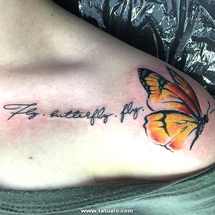 Mariposa Con Frase Tatuada En El Hombro Mujer