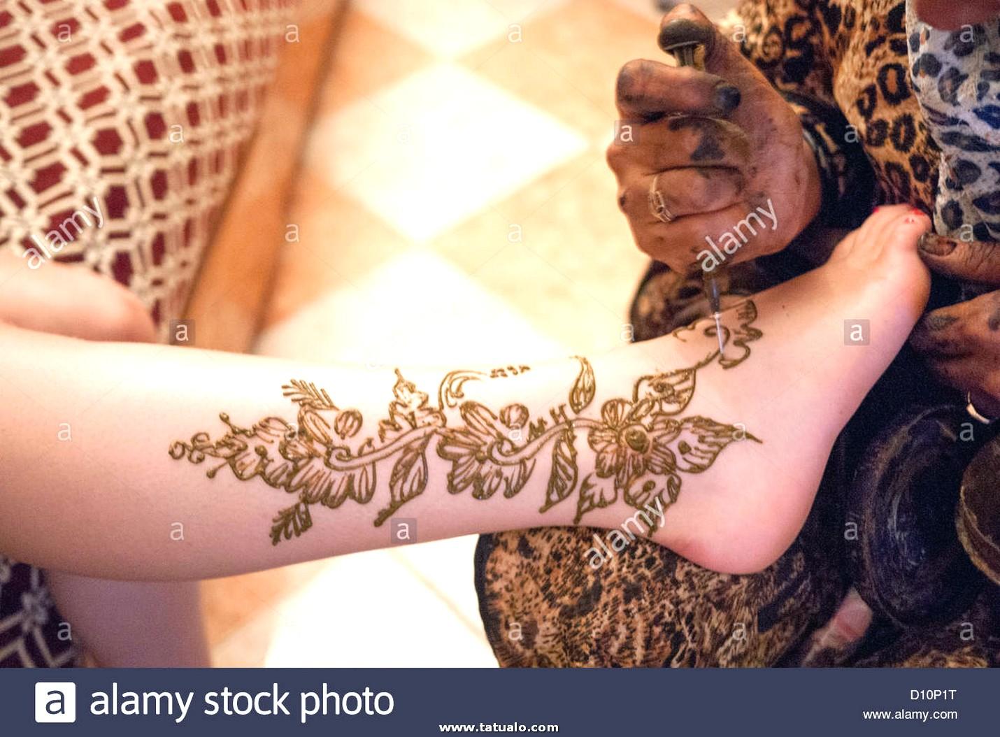 Mujer Colocando Un Tatuaje De Henna En La Pierna Gir D10p1t