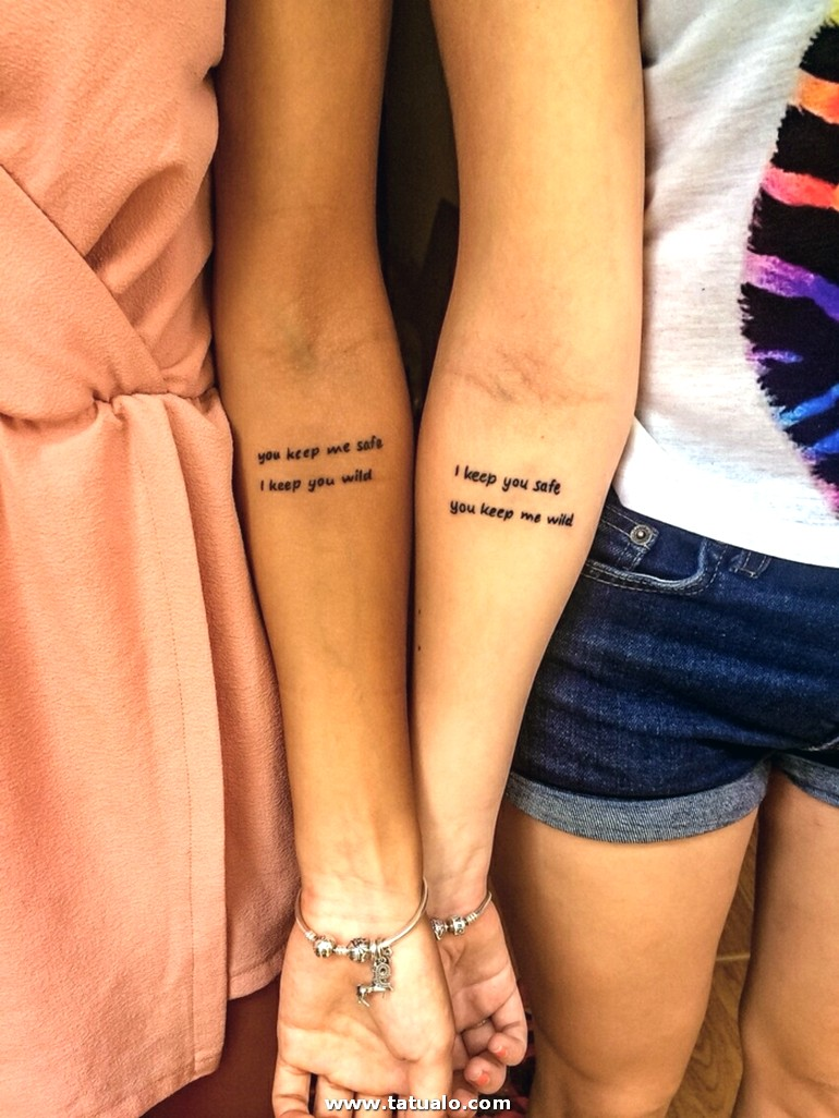 Mujeres Con Tatuajes Y Pulseras Iguales Tatuajes De Hermanas Frase Cursiva Antebrazo E1518018831835