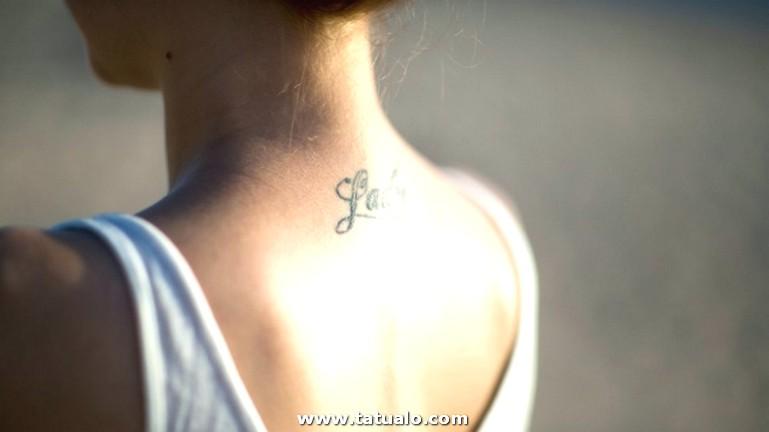 Precioso Tatuaje En La Nuca Con Tinte Azul Y Letras Ideas Tatuajes En La Nuca Y En La Espalda Fuente Original De Las Palabras E1525086063337