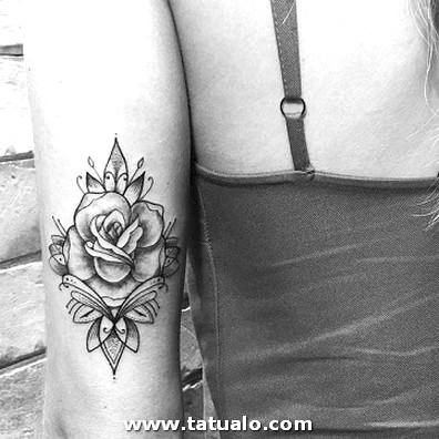 Tattoos De Rosas En El Brazo Para Mujeres