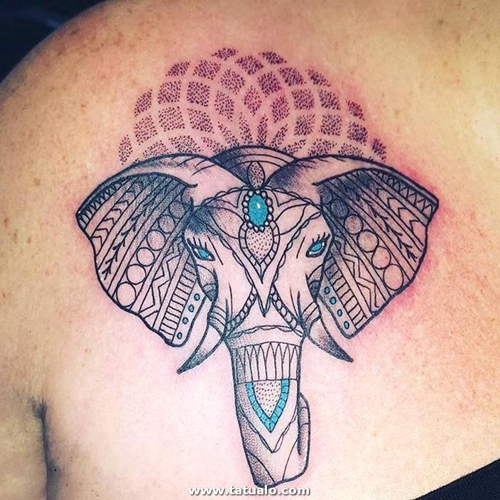 Tatuaje De Elefante En El Hombro De Mujer