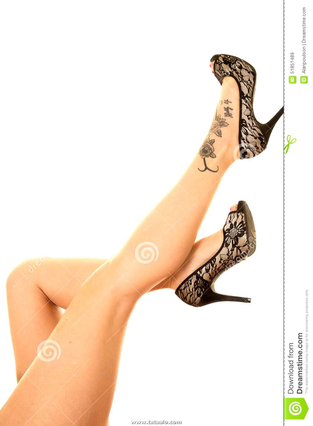 Tatuaje De Las Piernas De La Mujer Pie Golpeado Con El Pie Para Arriba 51851489