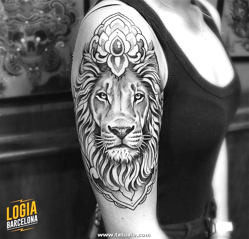 Tatuaje Hombro Blackwork Logia Barcelona