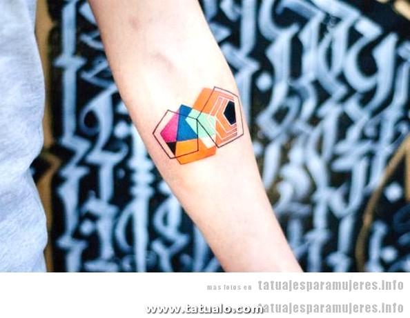 Tatuaje Mujer Pentagonos Colores Dogma 23