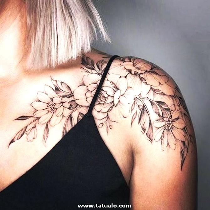 Tatuaje Rama De Flores Mujer En El Hombro