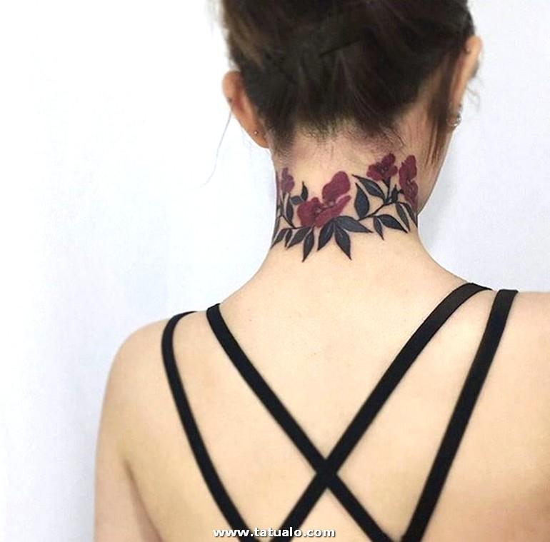 Tatuajes En El Cuello Mujer Bonito Tatuaje En Colores Grandes Flores En Morado Tatuados En El Cuello Mujer Con Espalda Descubierta