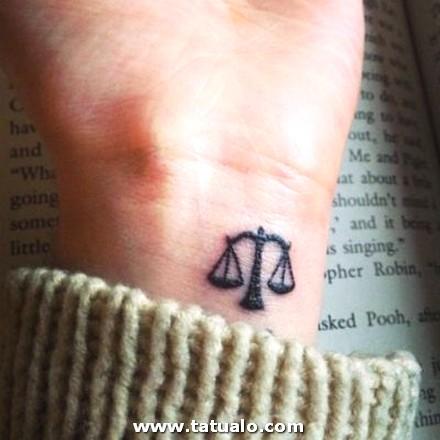 Tatuajes En La Muneca Mujer Libra