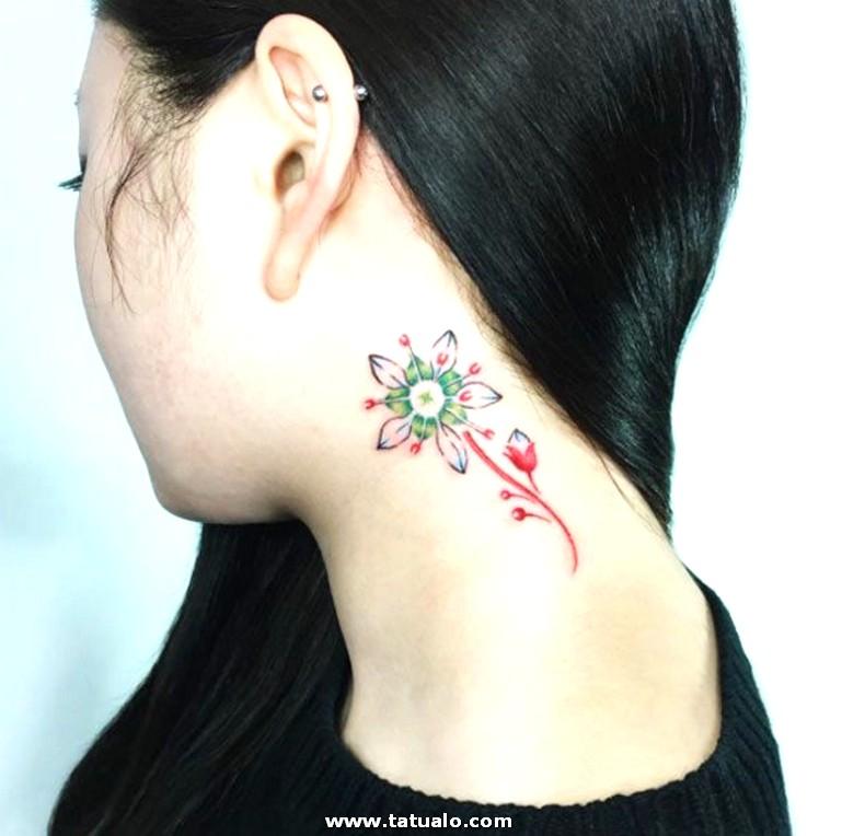 Tatuajes En La Nuca Ideas Flor Bonito En Rojo Verde Y Negro Grande Tatuaje En El Cuello Ideas Mujer