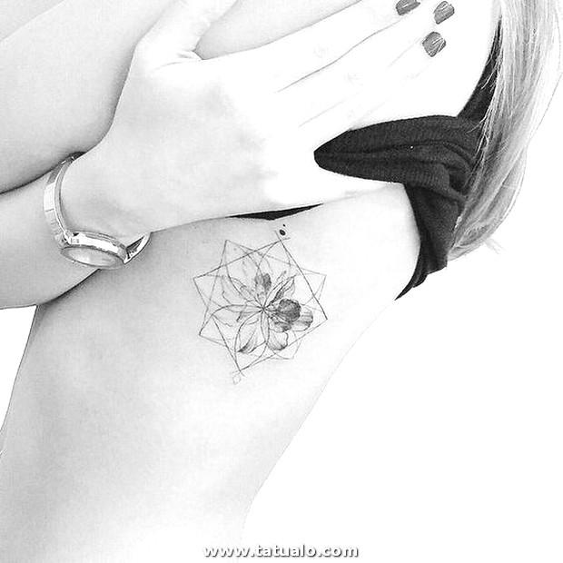 Tatuajes En Las Costillas Para Mujeres 8